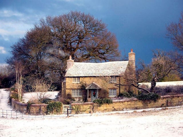 2006 film featuring english cottage owned by iris kate winslet - Country Christmas Movie